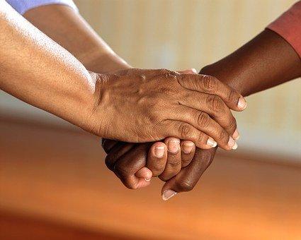 Reichen wir uns virtuell die Hände und bieten Trauerbegleitung auch online an, damit Menschen in der Trauer auch in der Krise von COVID-19 nicht alleine gelassen werden.